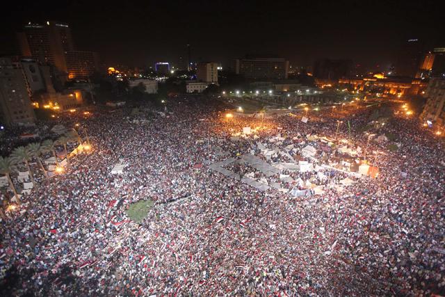 Anochecer en una plaza Tahrir atestada de manifestantes contra Mursi. REUTERS