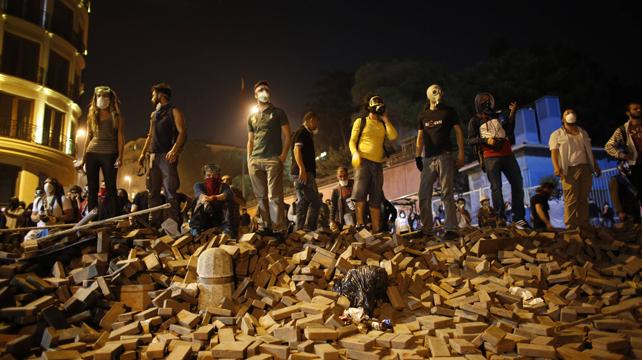 Jóvenes manifestantes sobre una barricada en Estambul.