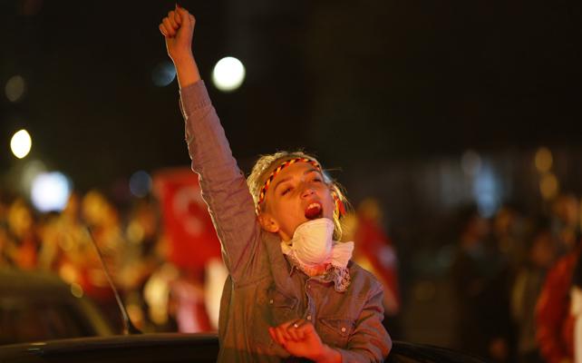Una manifestante levanta el puño en una manifestación en Ankara.