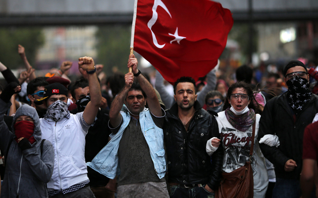 Manifestantes turcos salen a la calle en Ankara.