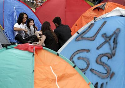 Multitud de jóvenes permanecen acampados en el parque Gezi de Estambul.
