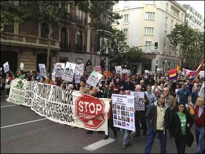 Cabeza de la marcha convocada la Plataforma de Afectados por la Hipoteca (PAH) entre la sede de la Asociación Española de Banca y la Audiencia Nacional para protestar por la 'impunidad financiera y la estafa hipotecaria'