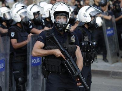 Agentes de policía turcos durante una jornada de disturbios en las calles de Estambul.