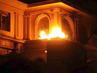 La sede central de los Hermanos Musulmanes en El Cairo arde durante el asalto de esta anoche.