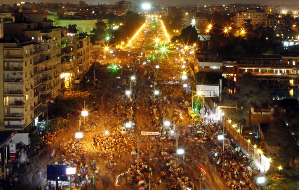 Vista general de las protestas contra el presiente egipcio Mohamed Mursi y los Hermanos Musulmanes frente al palacio presidencial El-Thadiya en El Cairo. Millones de egipcios inundaron las calles en el primer aniversario de la toma de posesión del presidente islamista Mursi el pasado domingo para exigir que renuncie. REUTERS/Amr Abdallah