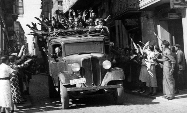Voluntarios nacionalistas entran en Zamora brazo en alto, siendo correspondidos del mismo modo por los que les recibían en la calle, en fecha no determinada del verano de 1936. EFE