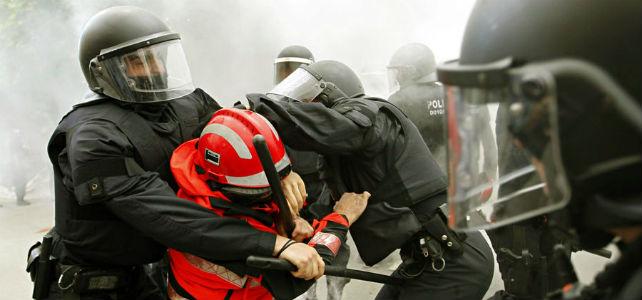 Los Mossos reducen a un manifestante. -EFE