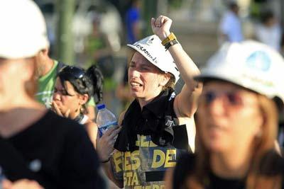 Una mujer durante su participación en la manifestación que las mujeres de los mineros de las cuencas de Asturias, León y Aragón han celebrado esta tarde por las calles de Madrid, para rememorar el primer aniversario de la III Marcha Negra del Carbón.