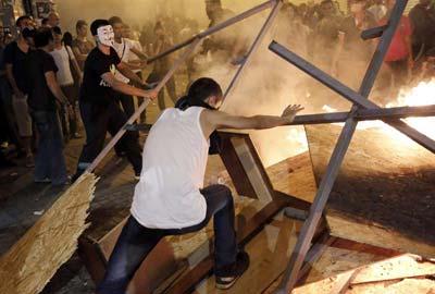 Manifestantes turcos montan una barricada tras la carga de la policía.