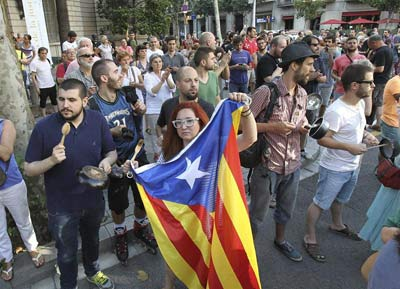 Decenas de personas durante su participación en la concentración ante la Delegación del Gobierno Catalunya con una ruidosa 'cacerolada' entre gritos a favor de la dimisión del jefe de Gobierno, Mariano Rajoy.