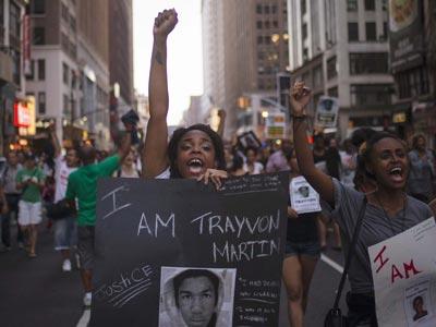 Una mujer pide justicia por la muerte de Trayvon en Nueva York. REUTERS