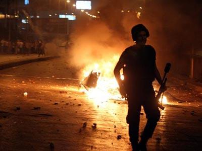 Un policía camina por la plaza Ramsés, donde seguidores del depuesto presidente Mohamed Mursi se enfrentaron con la Policía. -EFE