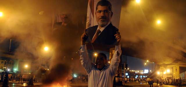Un manifestante sostiene una fotografía del expresidente Mursi en la plaza Ramsés el lunes 15 de julio de 2013, en El Cairo (Egipto).EFE/KHALED ELFIQI