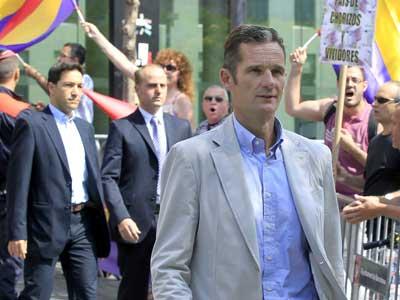 Iñaki Urdangarin sale de la Ciudad de la Justicia de Barcelona entre gritos de 'chorizo' y pitidos y trompetazos de un grupo de funcionarios judiciales y otras personas. EFE/Andreu Dalmau
