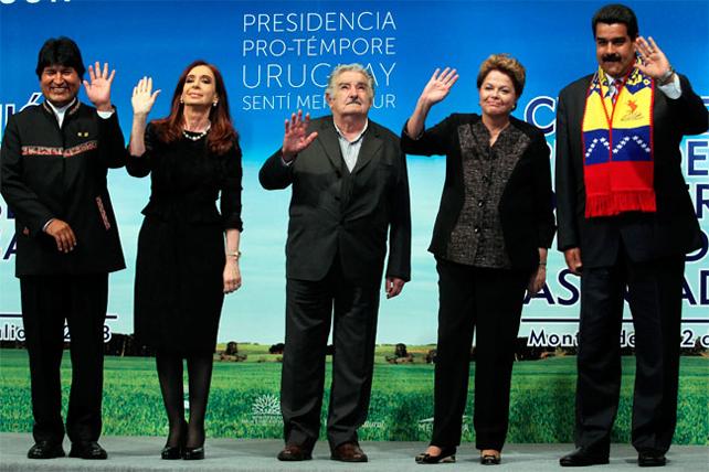 Los presidentes de Bolivia, Evo Morales; Argentina, Cristina Fernández; Uruguay, José Mújica; Brasil, Dilma Rousseff y Venezuela, Nicolás Maduro, en la última cumbre del Mercosur en Montevideo.
