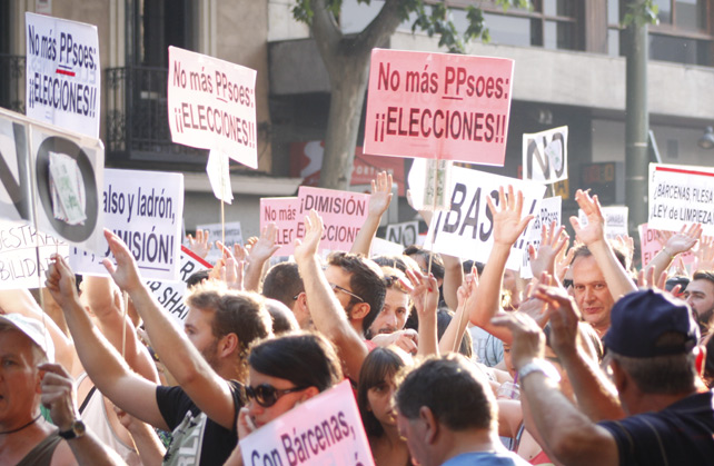 Miles de manifestantes piden la dimisión del Gobierno frente a la sede nacional del PP en Madrid.