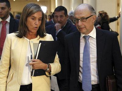 La ministra de Sanidad, Servicios Sociales e Igualdad, Ana Mato, y el titular de Hacienda y Administraciones Públicas, Cristobal Montoro, la semana pasada, en los pasillos del Senado. EFE
