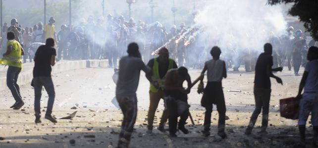 Seguidores y detractores de Mursi se enfrentan el centro de El Cairo el 22 de julio de 2013. REUTERS/Stringer