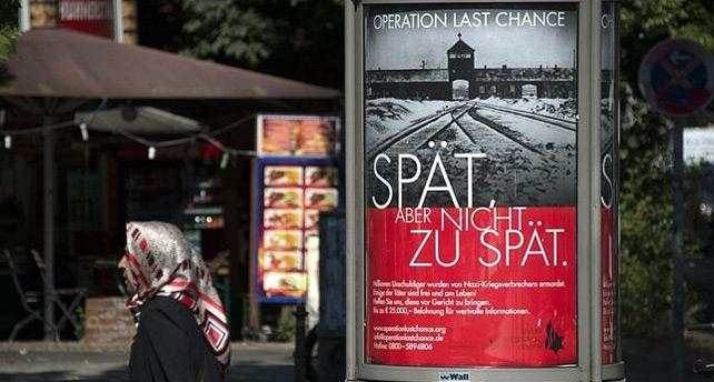 Cartel en Berlín de la campaña 'Operación última oportunidad'. 'Tarde, pero no demasiado tarde', afirma el rótulo. AFP