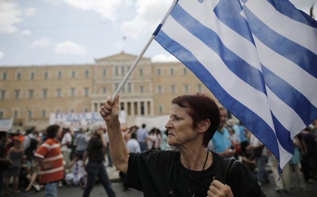 Una manifestante protesta frente al parlamento griego.