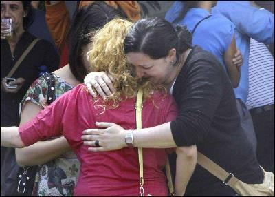 Familiares de las víctimas esperan noticias.