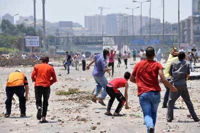 Seguidores del depuesto presidente Mursi se enfrentan a opositores del expresidente a las afueras de El Cairo.