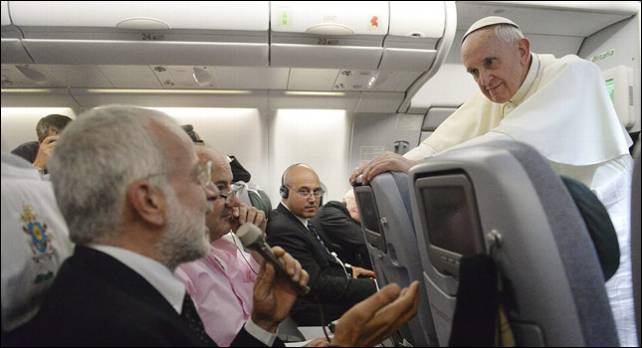 El papa Francisco, hablando con los periodistas en el avión de vuelta a Roma.- EFE