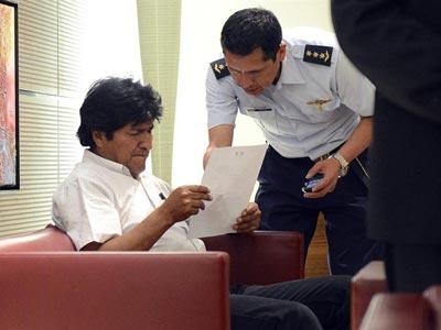 El presidente de Bolivia, Evo Morales, en una sala del aeropuerto de Viena, donde se encuentra retenido. EFE