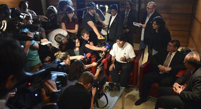 El presidente de Bolivia, Evo Morales, habla a los periodistas desde el aeropuerto de Viena. EFE