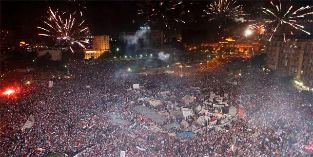 Una abarrotada plaza Tahrir celebra con fuegos artificiales el fin de Mursi.