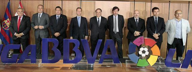El presidente de la Liga de Fútbol Profesional (LFP), Javier Tebas (c), con los presidentes de los clubes ascendidos a la Liga BBVA y la Liga Adelante, Elche, Villarreal, Almería, Alavés, Tenerife, Jaén y Eibar.