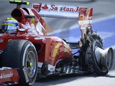 El coche de Massa con el neumático reventado, el pasado fin de semana en Silverstone. REUTERS/Nigel Roddis