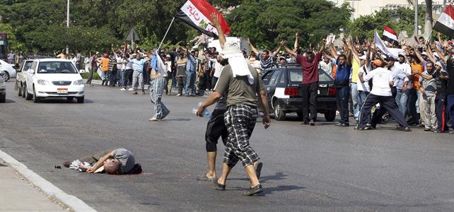 Un simpatizante del presidente depuesto Mohamed Mursi yace muerto en el suelo.