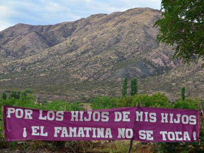 Pancarta reivindicativa en la norteña localidad argentina de Famatina, contra un proyecto de minería a cielo abierto.TN