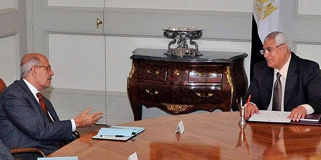 El candidato a primer ministro, El Baradei (i), habla con el presidente interino egipcio, Adli Mansur (d). -AGENCIAS