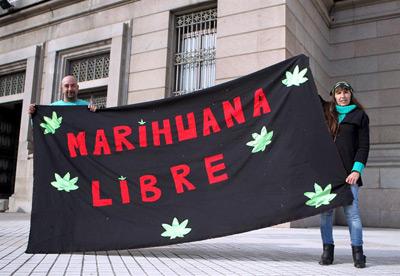 Dos personas se manifiestan a favor de la legalización de la marihuana en Montevideo (Uruguay).