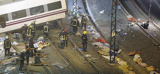Los bomberos, junto al tren Alvia que cubría la ruta entre Madrid y Ferrol. -EFE