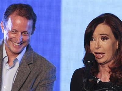 La presidenta argentina, Cristina Fernández, junto al candidato de su partido, Martín Insurralde, ayer, en un acto en Buenos Aires.