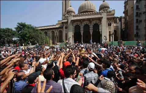Los partidarios del depuesto presidente egipcio Mohamed Mursi gritan consignas durante una protesta frente a la Mezquita Al-Fath en la plaza de Ramsés, en El Cairo.