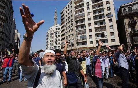 Los partidarios del depuesto presidente egipcio, Mohamed Mursi gritan consignas durante una protesta frente a la Mezquita Al-Fath en la plaza de Ramsés, en El Cairo.