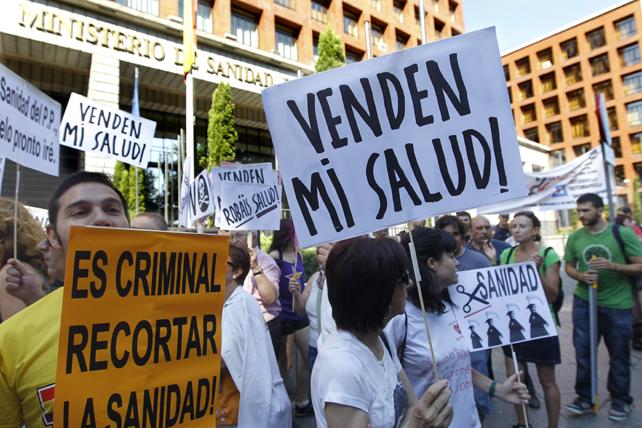 Alrededor de doscientas personas se han concentrado este domingo frente a la sede del Ministerio de Sanidad, en el madrileño paseo del Prado, en protesta por los recortes sanitarios y en contra de que se privaticen hospitales públicos.