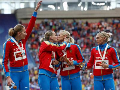 Las atletas rusas, durante su beso en el podio. REUTERS/Grigory Dukor