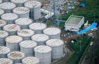 Vista aérea que muestra a trabjadores de la central de Fukushima trabajando para solucionar la fuga de agua radiactiva.