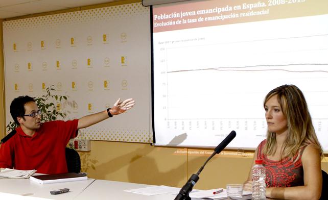 La responsable de la Comisión Socioeconómica del Consejo de la Juventud de España, Sheyla Suárez, junto al autor del informe, el sociólogo Joffre López, durante la presentación del nuevo Observatorio Joven de Emancipación.