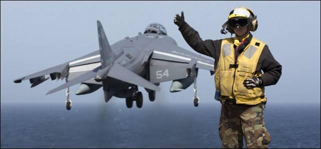 Un caza AV-8B Harrier estadounidense despega del portaaviones USS Kearsarge en el Mediterráneo.