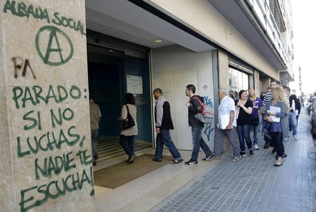 Cola de parados en una oficina de empleo en Mataró.