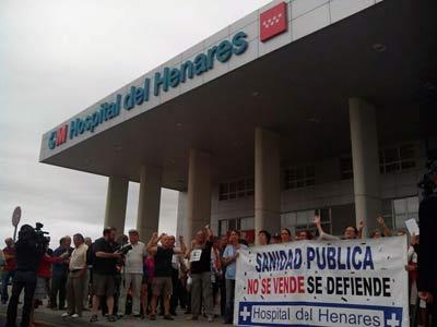 Trabajadores y manifestantes esta mañana en la protesta.
