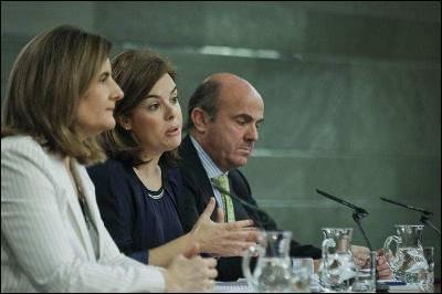 De izquierda a derecha, la ministra de Empleo, Fátima Báñez; la vicepresidenta del Gobierno, Sáenz de Santamaría; y el ministro de Economía, Luis de Guindos, durante la rueda de prensa posterior al Consejo de ministros.
