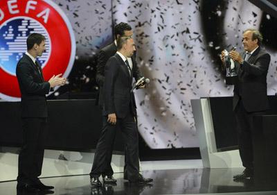Platini entregando a Ribéry el premio a mejor jugador UEFA de la temporada pasada.