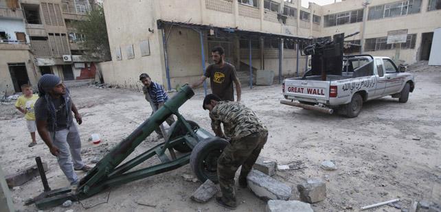 Milicianos rebeldes preparan un mortero para atacar al Ejército sirio en Deir al Zor. REUTERS/Khalil Ashawi